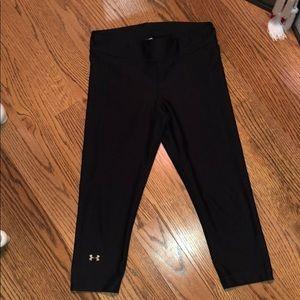 UA black heat gear Capri leggings